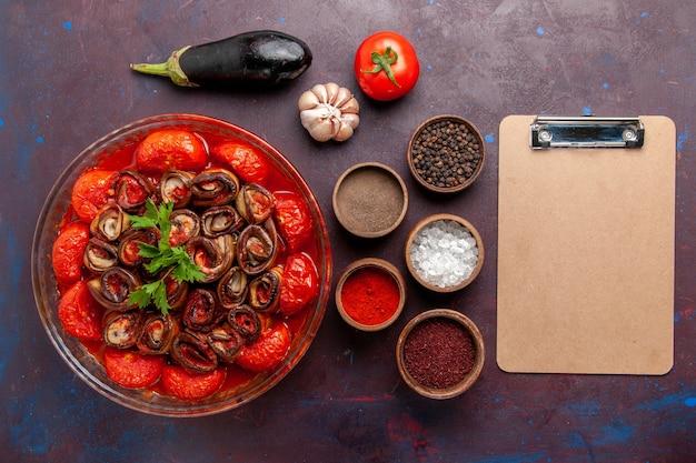 어두운 책상에 조미료와 함께 상위 뷰 요리 야채 식사 토마토와 가지