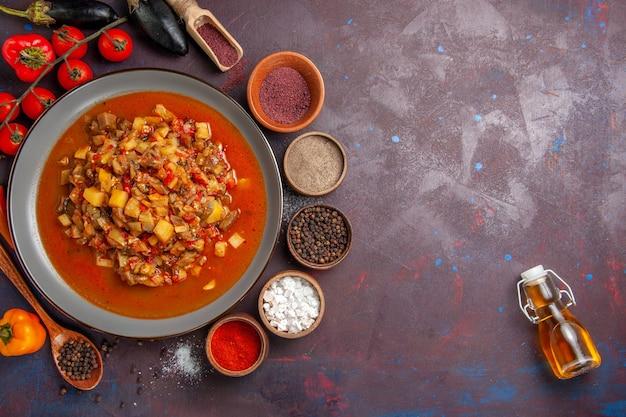 Вид сверху приготовленные овощи, нарезанные с соусом и приправами на темном фоне еда соус еда ужин суп овощной