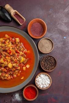 Вид сверху приготовленные овощи, нарезанные соусом и приправами на темной поверхности еда соус еда ужин суп овощной