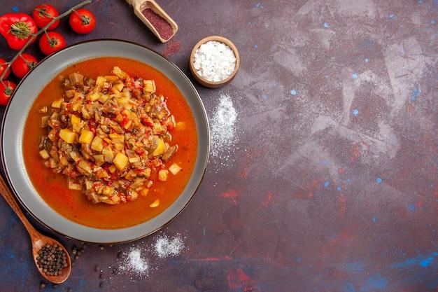 Vista dall'alto di verdure cotte a fette con salsa sullo sfondo scuro pasto salsa cibo cena zuppa di verdure