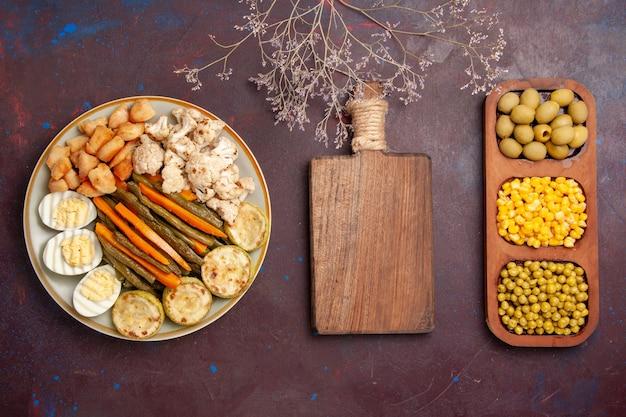 Vista dall'alto di verdure cotte con fagioli di farina di uova e scrivania