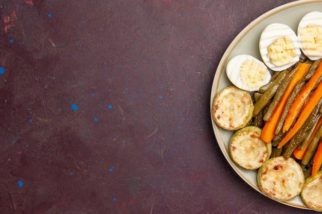 Vista dall'alto di verdure cotte con farina di uova in uno spazio buio