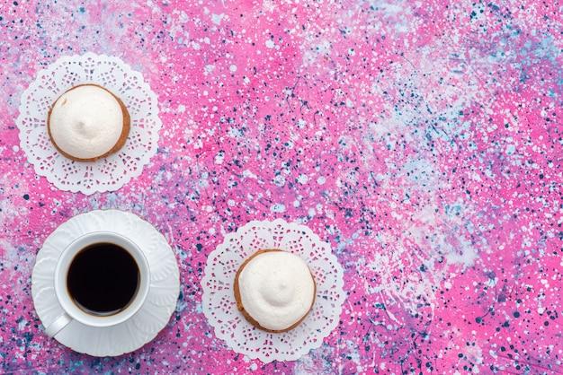 色付きの背景のケーキビスケット砂糖甘い焼きにコーヒーのカップと一緒にクリームとトップビュークッキー