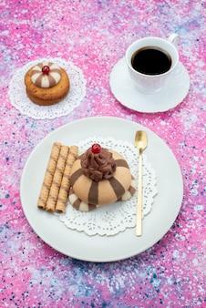 トップビュークッキーと色付きの背景にコーヒーのカップとケーキ砂糖甘いクッキー生地コーヒー