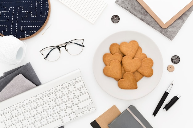 Biscotti vista dall'alto per la colazione sulla scrivania