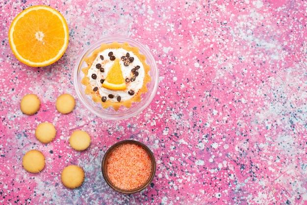 Vista dall'alto biscotti e torta con metà arancia sulla superficie luminosa biscotto biscotto torta di frutta zucchero dolce
