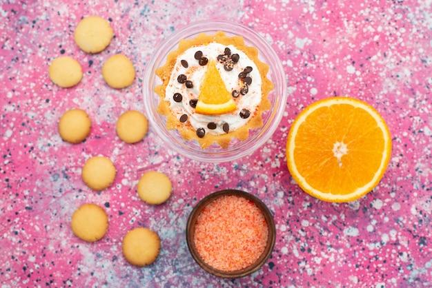 Biscotti e torta di vista dall'alto con metà arancione sulla torta di frutta biscotto di superficie luminosa dolce