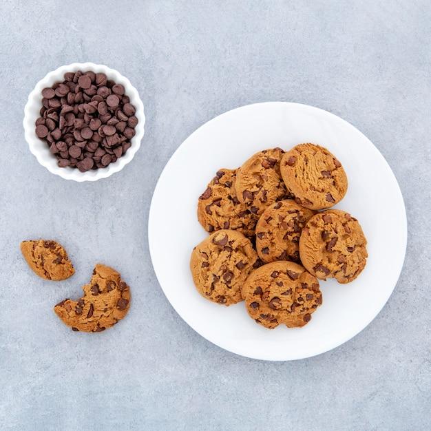 Biscotti di vista dall'alto e gocce di cioccolato nella ciotola