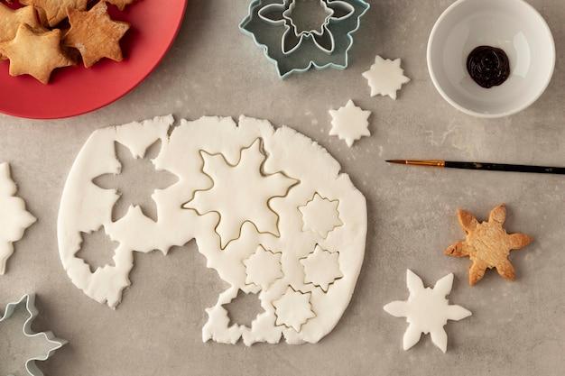 Vista dall'alto dell'impasto dei biscotti a forma di fiocchi di neve