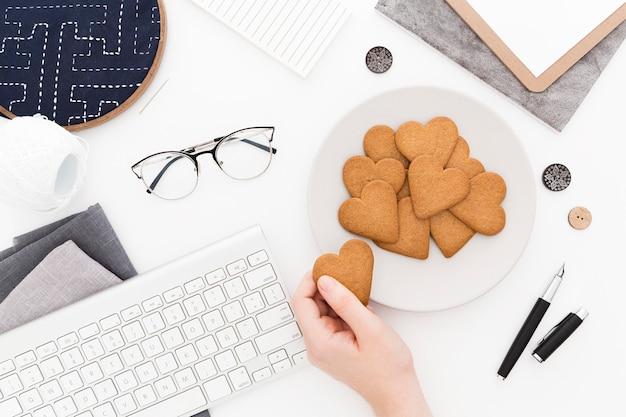 オフィスでの朝食の上面図クッキー