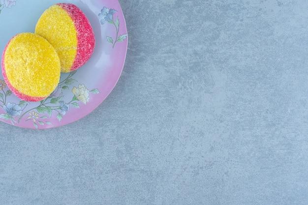 Vista dall'alto di biscotti a forma di pesca. biscotti fatti in casa sul piatto.