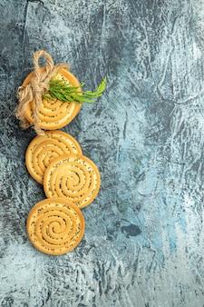 Biscotti di vista superiore legati con i biscotti delle corde sullo spazio libero di superficie grigia
