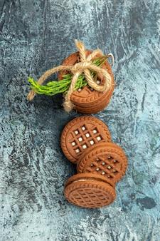 Biscotti di vista superiore legati con biscotti di corde sulla superficie grigia