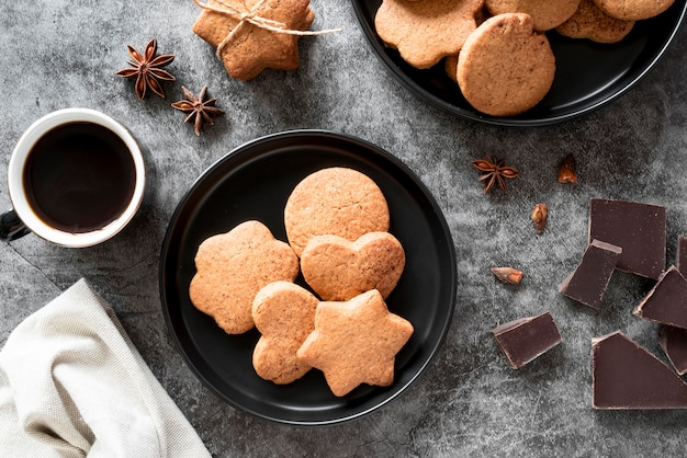 Вид сверху печенье с кофе и кусочками шоколада