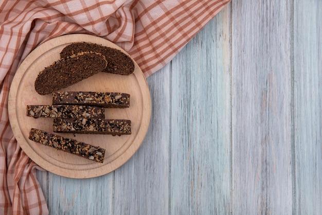 灰色の背景の上のスタンドの上面コピースペース茶色のパンのスライス