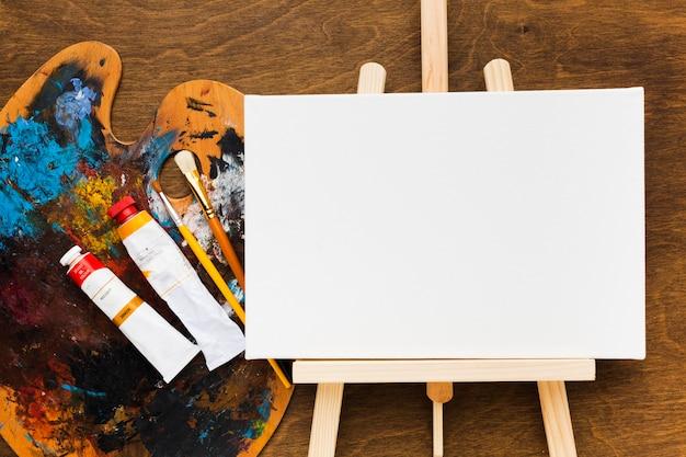 더러운 색상 팔레트가있는 상위 뷰 복사 공간 캔버스