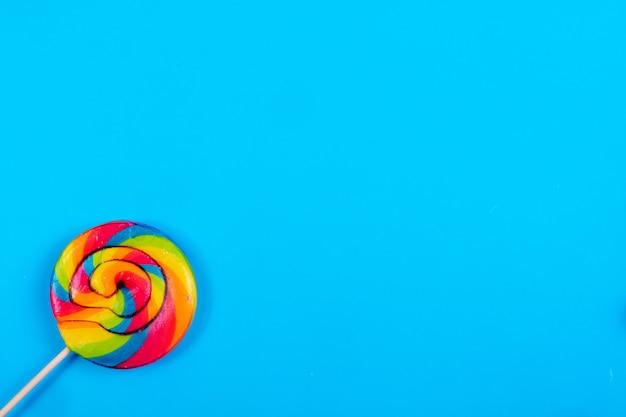 Ghiacciolo colorato dello spazio della copia di vista superiore su un fondo blu