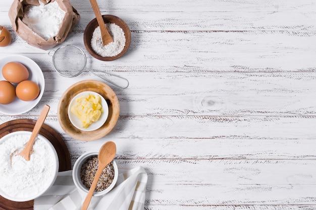 甘いパンのトップビューコピースペース乳製品