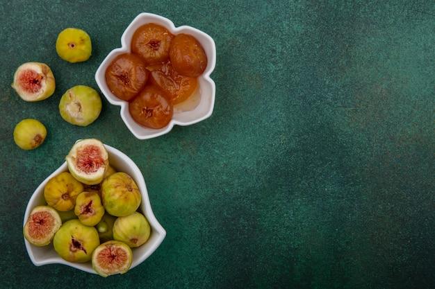 Vista dall'alto copia spazio fichi e marmellata in piattini su sfondo verde