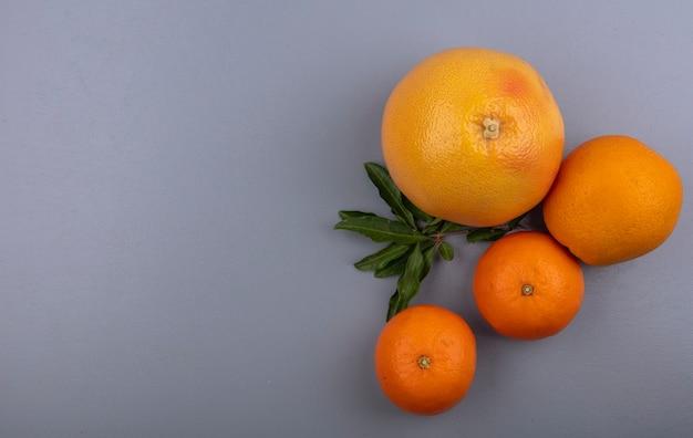 灰色の背景にオレンジ色の上面コピースペースグレープフルーツ