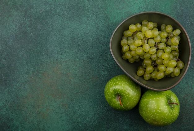 上面図コピースペース緑のブドウと緑の背景に緑のリンゴ
