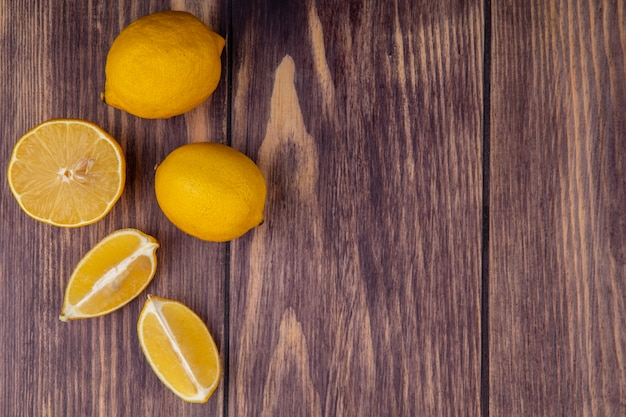 木の背景の上のビューコピースペースレモン