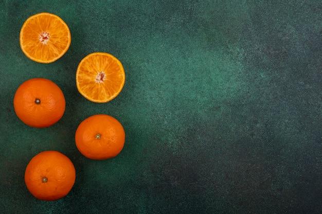 Вид сверху копией космических апельсинов на зеленом фоне