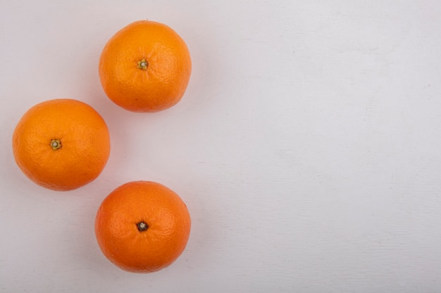 Вид сверху копией космических апельсинов на белом фоне