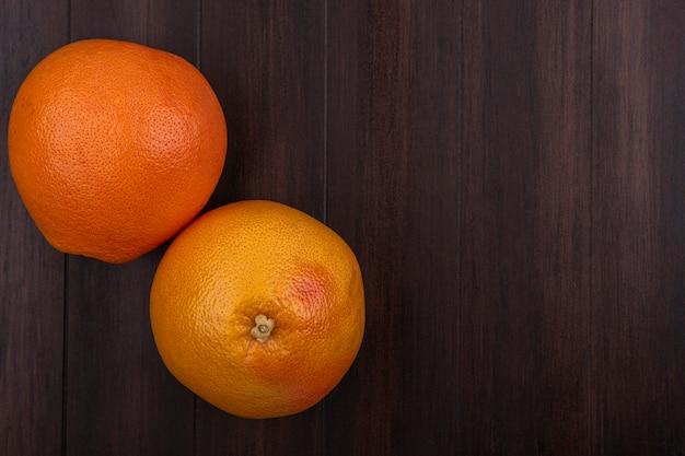 Вид сверху копией космических апельсинов на деревянных фоне