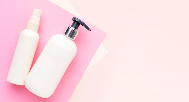 Vista dall'alto di prodotti cosmetici con spazio di copia