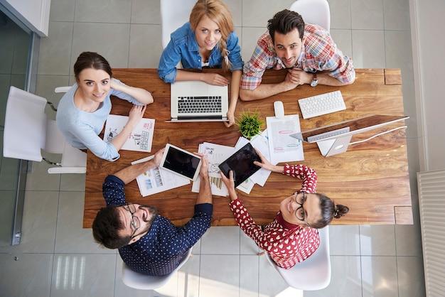 Squadra di colleghi di vista dall'alto che lavora in ufficio