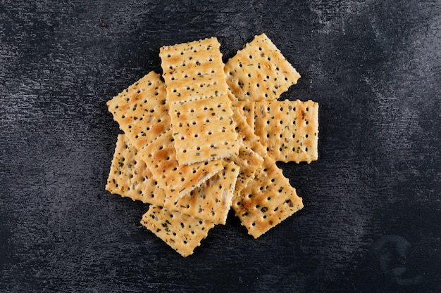 Top view crackers on black stone  horizontal 1