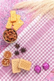 Vista dall'alto cracker e waffle sul rosa