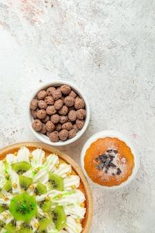 Dessert alla crema vista dall'alto con crema bianca e kiwi a fette su spazio bianco