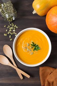 Вид сверху крем-суп и семена