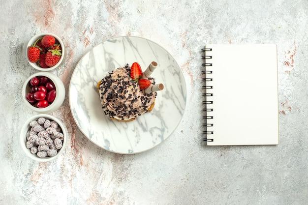 Torta cremosa e deliziosa vista dall'alto con frutta fresca su superficie bianca chiara torta di tè di compleanno biscotto crema dolce