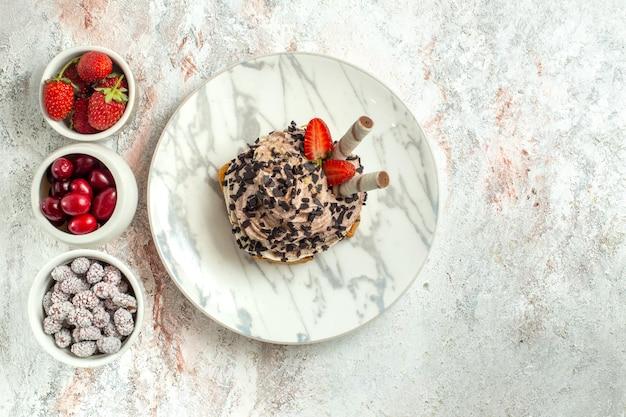 Torta cremosa e deliziosa vista dall'alto con frutta fresca su superficie bianca torta di tè di compleanno biscotto crema dolce