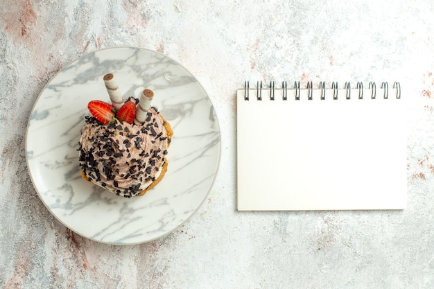Вид сверху кремовый вкусный торт с клубникой на белой поверхности кремовый чай торт ко дню рождения бисквит сладкий