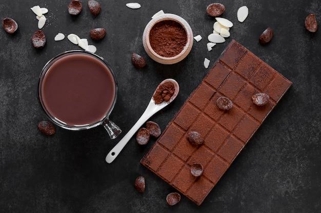 暗い背景上の平面図創造的なチョコレートの品揃え
