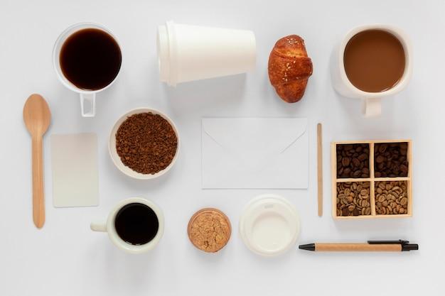 白い背景の上のコーヒー要素のトップビューの創造的な構成