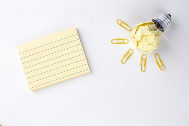 흰색 배경에 상위 뷰 크리에이 티브 아이디어 전구 스티커 메모