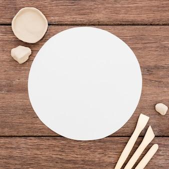 Вид сверху креативное рабочее место с тарелкой