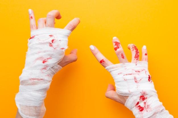 Вид сверху жуткие руки на хэллоуин
