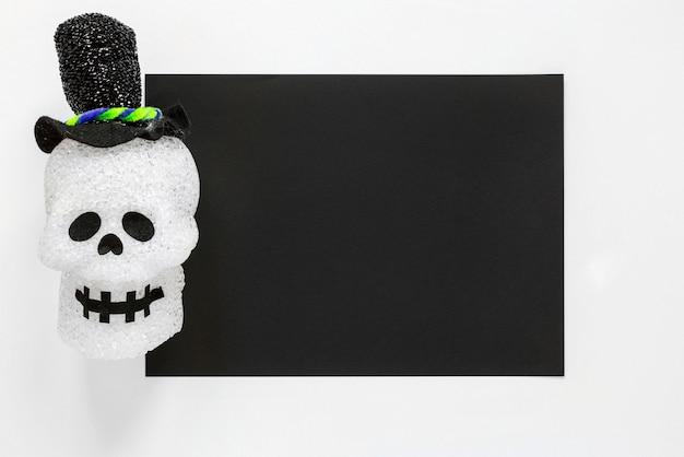 Вид сверху жуткий хэллоуин череп