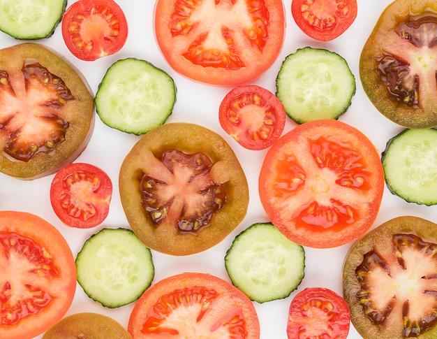 有機トマトとキュウリのスライスのトップビュー