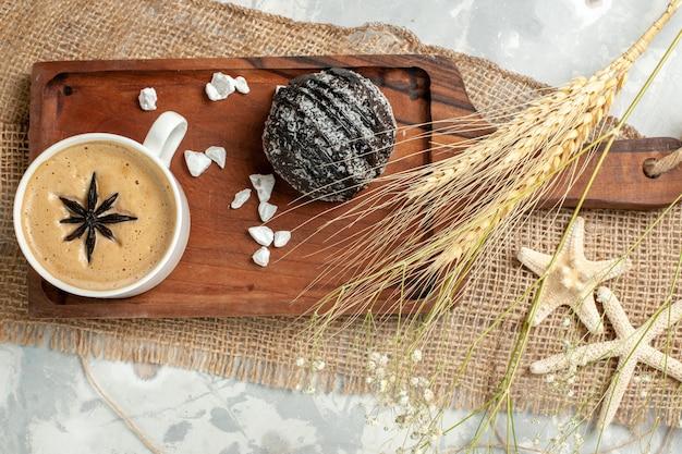 Vista dall'alto tazza di caffè espresso con torta al cioccolato sulla superficie bianca biscotto torta al cioccolato biscotto dolce