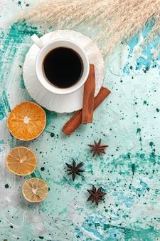 Vista dall'alto tazza di caffè con cannella su sfondo blu caffè colore foto zucchero dolce