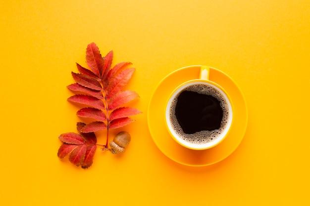 Vista dall'alto tazza di caffè con congedo