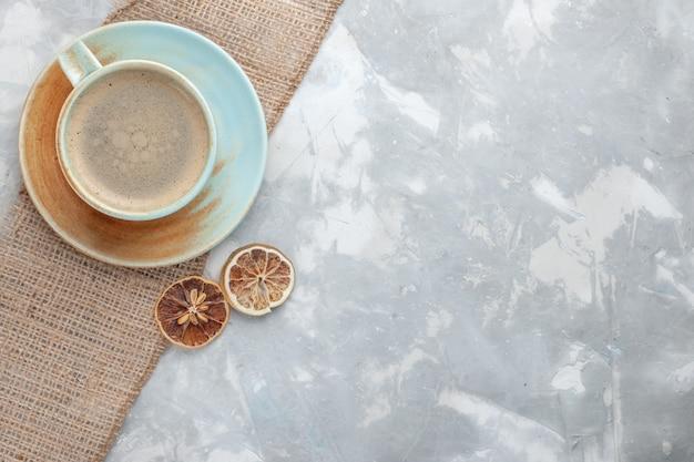 Vista dall'alto tazza di caffè con latte all'interno della tazza con sulla scrivania bianca bere caffè latte espresso americano