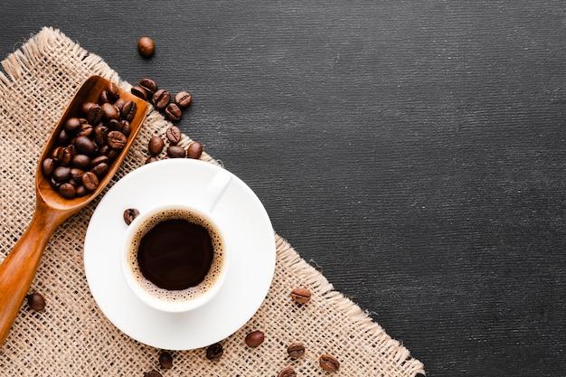 Tazza vista dall'alto piena di caffè nero